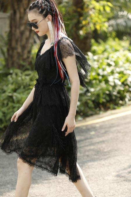 穿甜美的连衣裙 漫步在盛夏的时光里