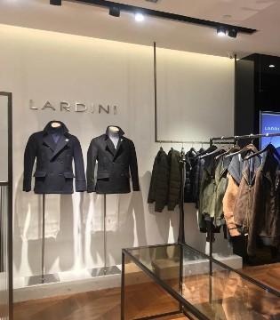 意大利时只见别墅外面一片灯光照射装品牌Lardini联�y手服饰巨头PVH集团