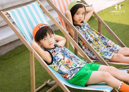 两个小朋友:夏天藏在衣服里 爱意也是