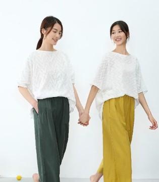 堓上惬意姐妹花 时尚穿搭瞬间出圈!