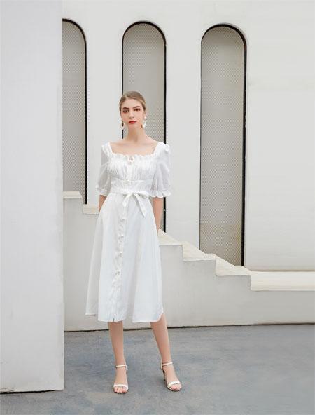 在夏季穿一身清�龅倪B衣裙 是少女�有的清甜