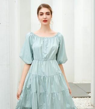 在夏季穿一身清凉的连衣裙 是少女该有的清甜