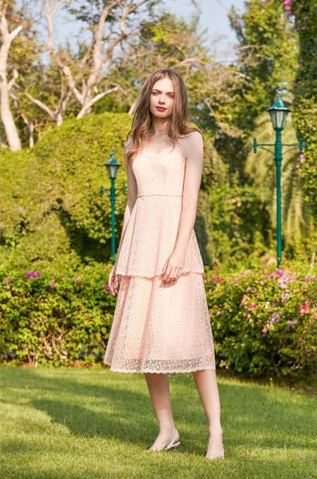 穿上浪漫吊带连衣裙 赴一场夏日甜蜜约会