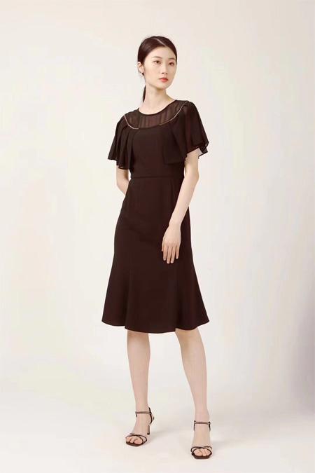 黑色裙摆上的优雅 红凯贝尔女装彰显女性韵味