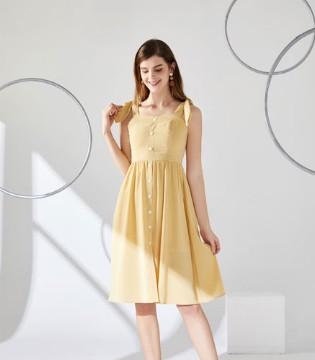 夏天的风 轻轻撩起元气女孩的裙摆
