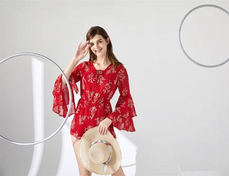性感浪漫的红色 是夏季连衣裙的绝配