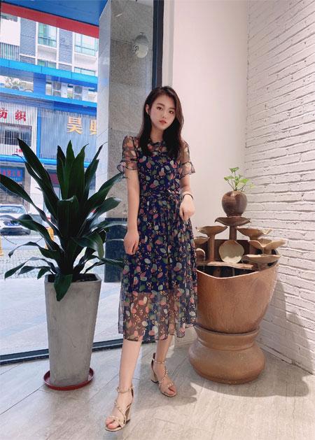 清凉夏末时节 知性优雅的连衣裙更显时尚气质