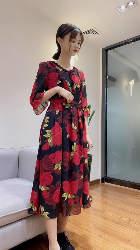 复古典雅印花连衣裙 秋天也要精致优雅