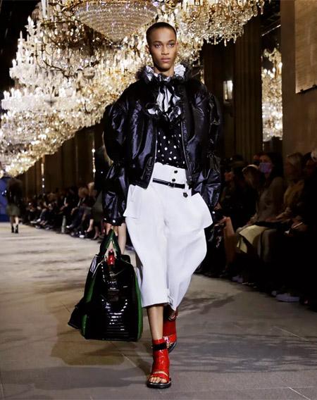 路易威登2022春夏女装秀 是跨世纪的姿态