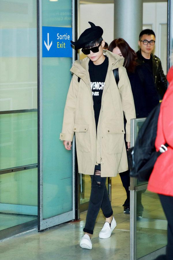 李宇春抵达巴黎 身着黑色Givenchy Paris卫衣亮相时装秀