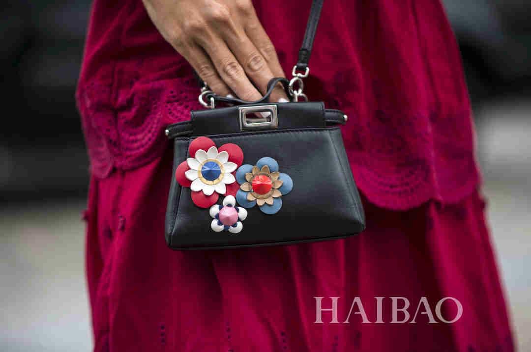 2017春夏纽约时装周秀场外配饰街拍第二波:时髦包款轮番上演,个性仙履刷爆你眼