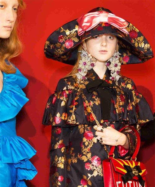 古驰 (Gucci) 2017春夏秀场后台直击:魔幻公主&奇域珠宝 Alessandro Michele用玫瑰镜像打造的奇幻剧幕