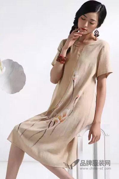 千唐绣女装手工艺如手绘、钉珠、刺绣、精心制作而成。