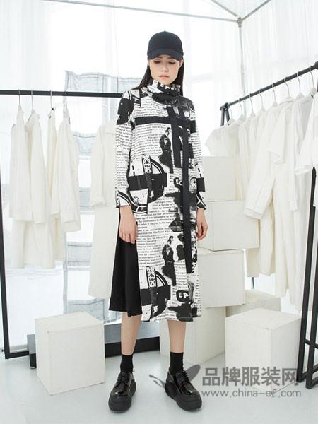 马可未Makee.vi女装2018春新品原创高领长袖拼接报纸图案连衣裙