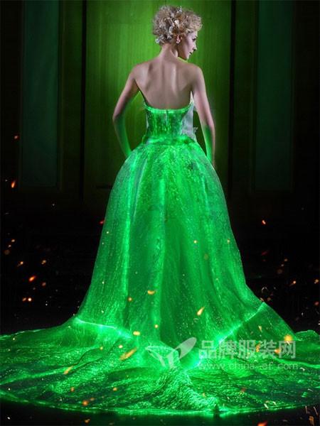斯麦为2018春夏智能发光变色婚纱礼服
