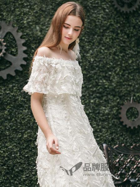 Ruby Fang女装2018春夏白色一字肩羽毛订珠连衣裙