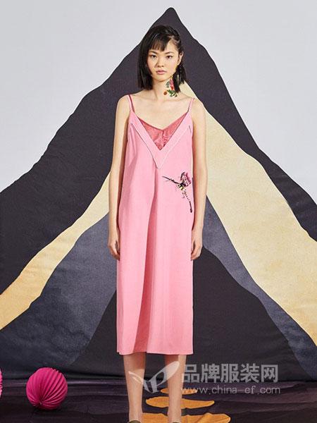 密扇女装2018春夏假两件粉色宽松刺绣吊带连衣裙
