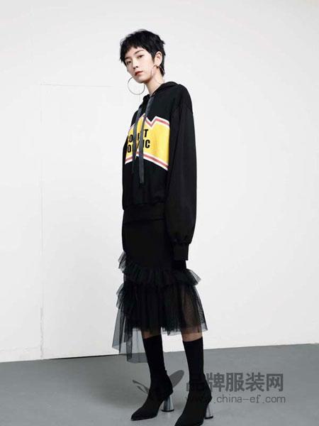 LOFT SHINE女装2018秋冬简约气质露单肩个性数字卫衣上衣