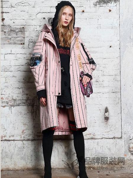 艾莉缇女装2018秋冬条纹粉色专科图案风衣外套