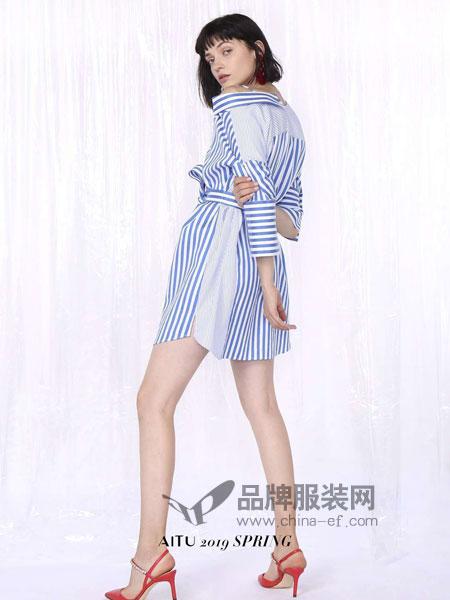 艾托奥女装品牌2019春季一字肩收腰条纹连衣裙