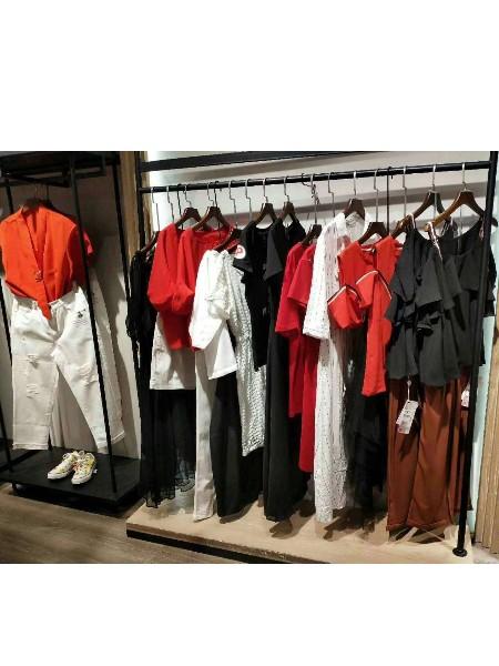 芝麻e柜服装店,为出去旅游的人量身定制衣服