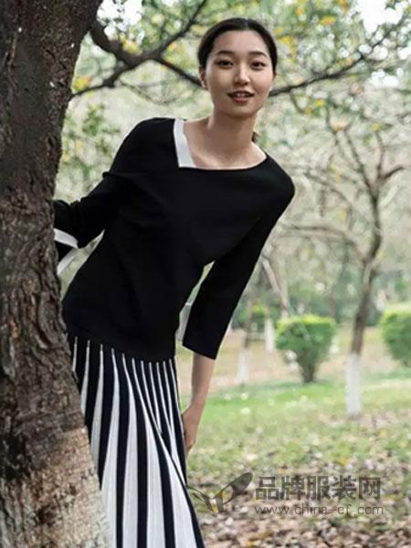 皑如女装品牌2019春夏新款打底长袖v领毛衣钉珠黑色显瘦直筒短款上衣