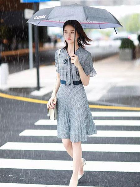 卡迪黛尔女装品牌2019春夏新款气质通勤OL显瘦系带斗篷披肩格子连衣裙
