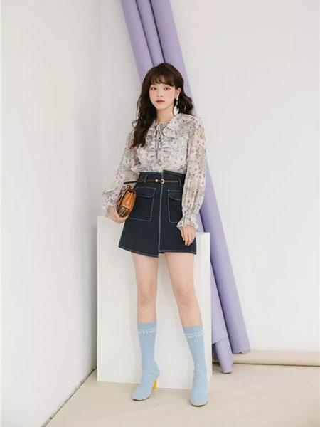 MISSLI女装品牌2019春夏新款系带植物印花荷叶边衬衫