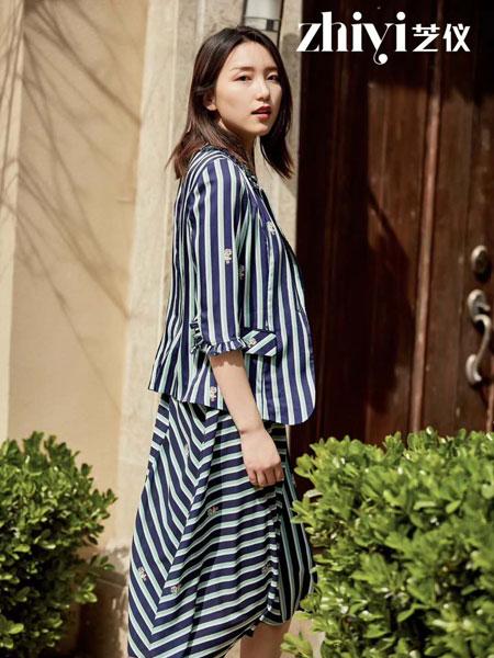 芝仪女装品牌2019春夏新款条纹印花短七分袖西装外套