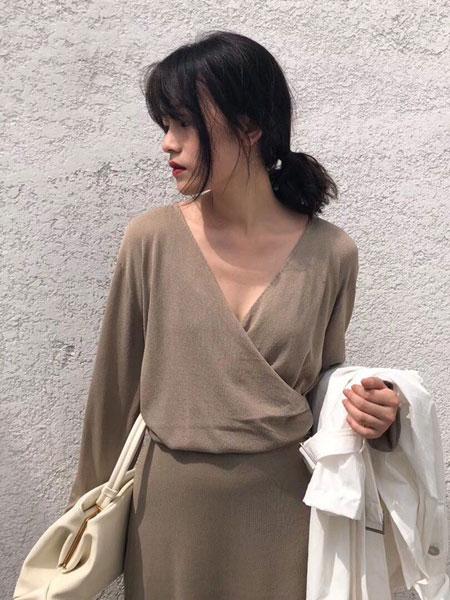 纽束女装品牌新款长袖t恤修身显瘦百搭V领打底衫短款