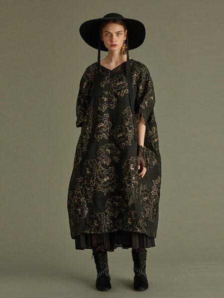 轮廓女装品牌2019春夏新款民族风宽松绣花贴布连衣裙中国风斜襟裙