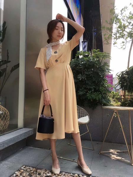 薇薇希女装品牌2019春夏新款时尚V领纽扣装饰修身松紧腰洋气纯色连衣裙