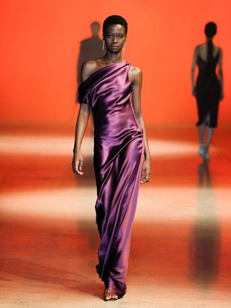Damir Doma达米尔·多玛女装品牌2019春夏新款紫色高贵优雅斜肩性感宴会晚礼服