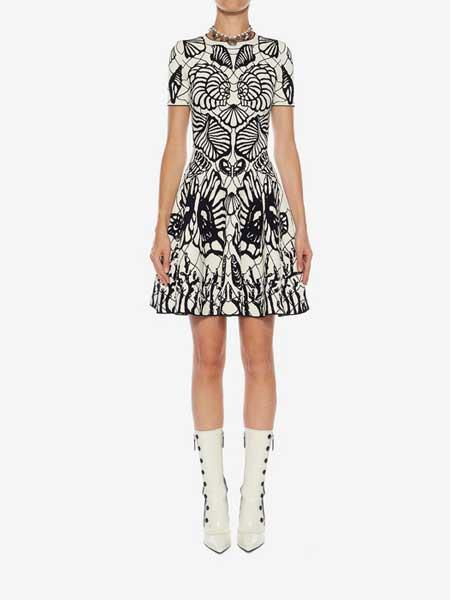 Alexander McQueen(亚历山大·麦昆)女装品牌2019春夏新款收腰显瘦a字连衣裙黑白撞色抽象图案提花针织裙短裙