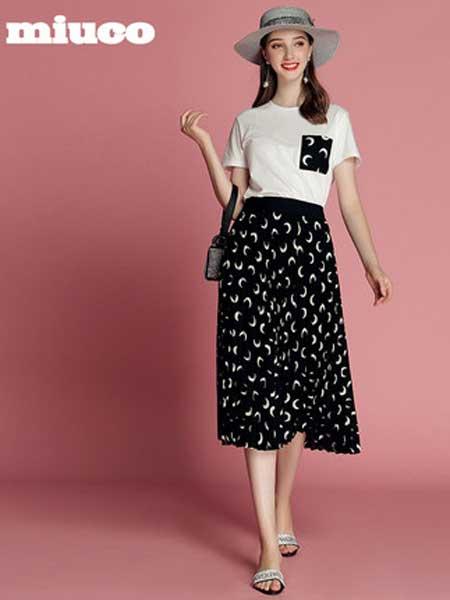 缪可 - MIUCO女装品牌2019春夏新款圆领百搭T恤+高腰印花百褶半裙时尚套装裙