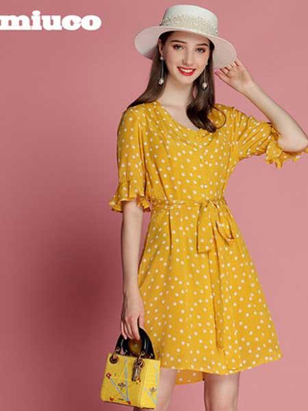 缪可 - MIUCO女装品牌2019春夏新款V领荷叶袖收腰桑蚕丝减龄波点连衣裙