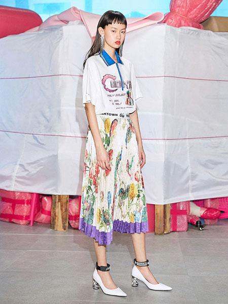 乌丫女装品牌2019春夏时髦丝巾元素复古趣味印花百褶裙