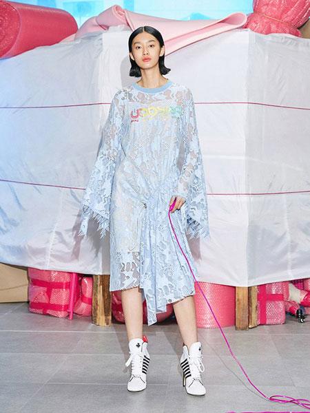 乌丫女装品牌2019春夏浅蓝色喇叭袖 蕾丝两件套连衣裙