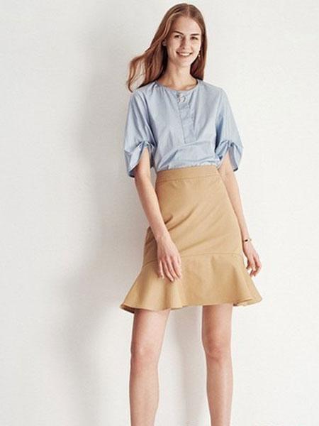 爱弗瑞女装品牌2019春夏新款韩版时尚装饰扣圆领设计衬衫