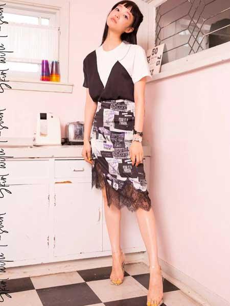 黛若女装品牌2019春夏新款不规则广告画印花蕾丝半身裙