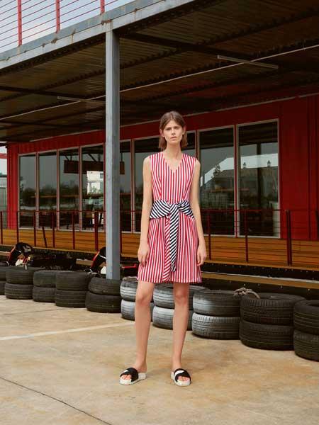 V.Charm女装品牌2019春夏新款红白条纹V领藏蓝系带无袖连衣裙