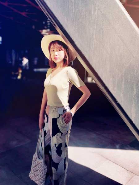 CARING PARK女装品牌2019春夏新款气质V领修身显胸短款T恤