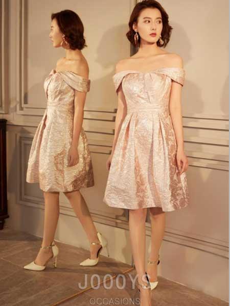 香港詩嘉麗(企業)有限公司女装品牌2019春夏新款粉色一字肩提花小礼服抽褶抹胸连衣裙