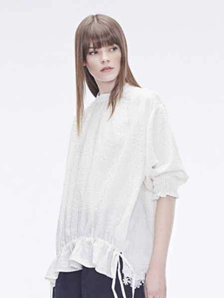 圣迪奥女装品牌2019春夏新款清新宽松立领镂空钩花松紧细褶纯白衬衫