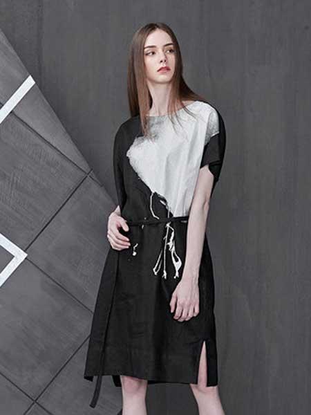 圣迪奥女装品牌2019春夏新款休闲圆领水墨印花撞色字母蝙蝠袖束腰连衣裙