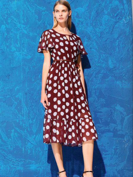 衣魅人女装品牌2019春夏新款复古波点百褶圆领短袖连衣裙