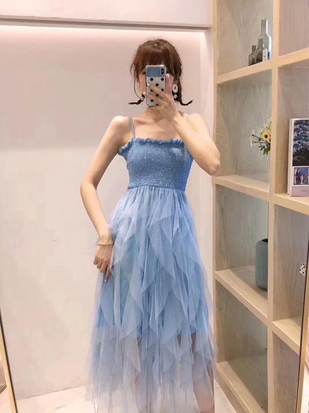 木丝语女装品牌2019春夏新款甜美网纱拼接不规则吊带连衣裙露背显瘦很仙的蛋糕裙