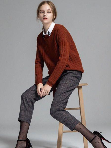 艾格伊品女装品牌2019秋季新款V领微落肩宽松毛衫打底衫毛衣