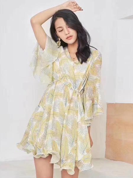 续素女装品牌2019春夏新款黄色时尚印花网纱喇叭袖中长款V领修身连衣裙