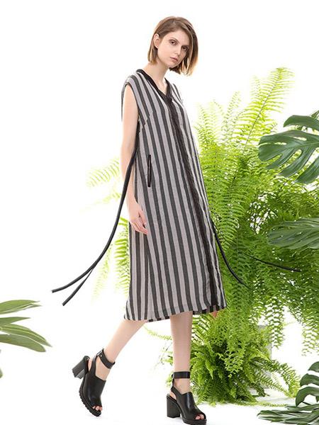 五色能量colour5power女装品牌2019春夏新款文艺竖条纹显瘦洋气宽松V领棉麻连衣裙